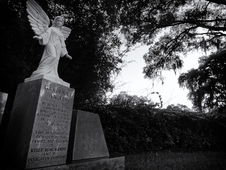 Picture of garden of Angels statue in Evergreen Cemetery St Augustine Florida